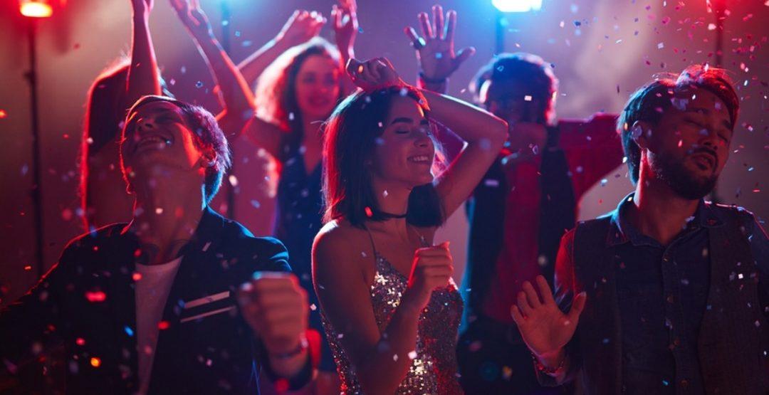 Танцевальные хиты 80-х, 90-х, 00-х, в Рестоклубе «Гости» (18+)